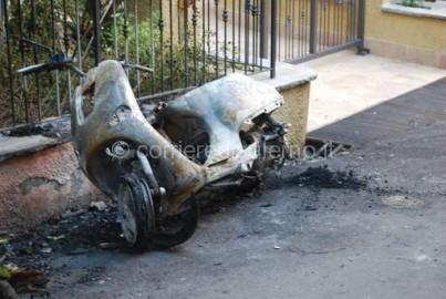 motorino incendiato