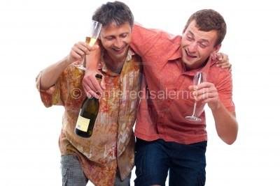 14779705-due-uomini-felici-ubriachi-con-la-bottiglia-e-un-bicchiere-di-alcol-isolato-su-sfondo-bianco