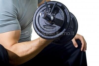 3659947-uomo-sano-di-bicipite-duro-allenamento-in-palestra