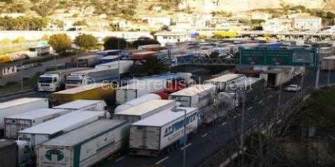 sciopero-benzina-tir-autotrasportatori-movimento-forconi-forza-d-urto-monti-liberalizzazioni-autostrade-blocchi[1]