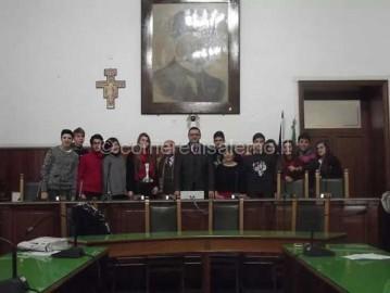 IL-SINDACO-MANCUSI-E-GLI-STUDENTI-DI-CAVA-DEI-TIRRENI
