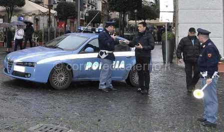 Volante della Polizia asul Corso Vittorio Emanuele di Salerno web