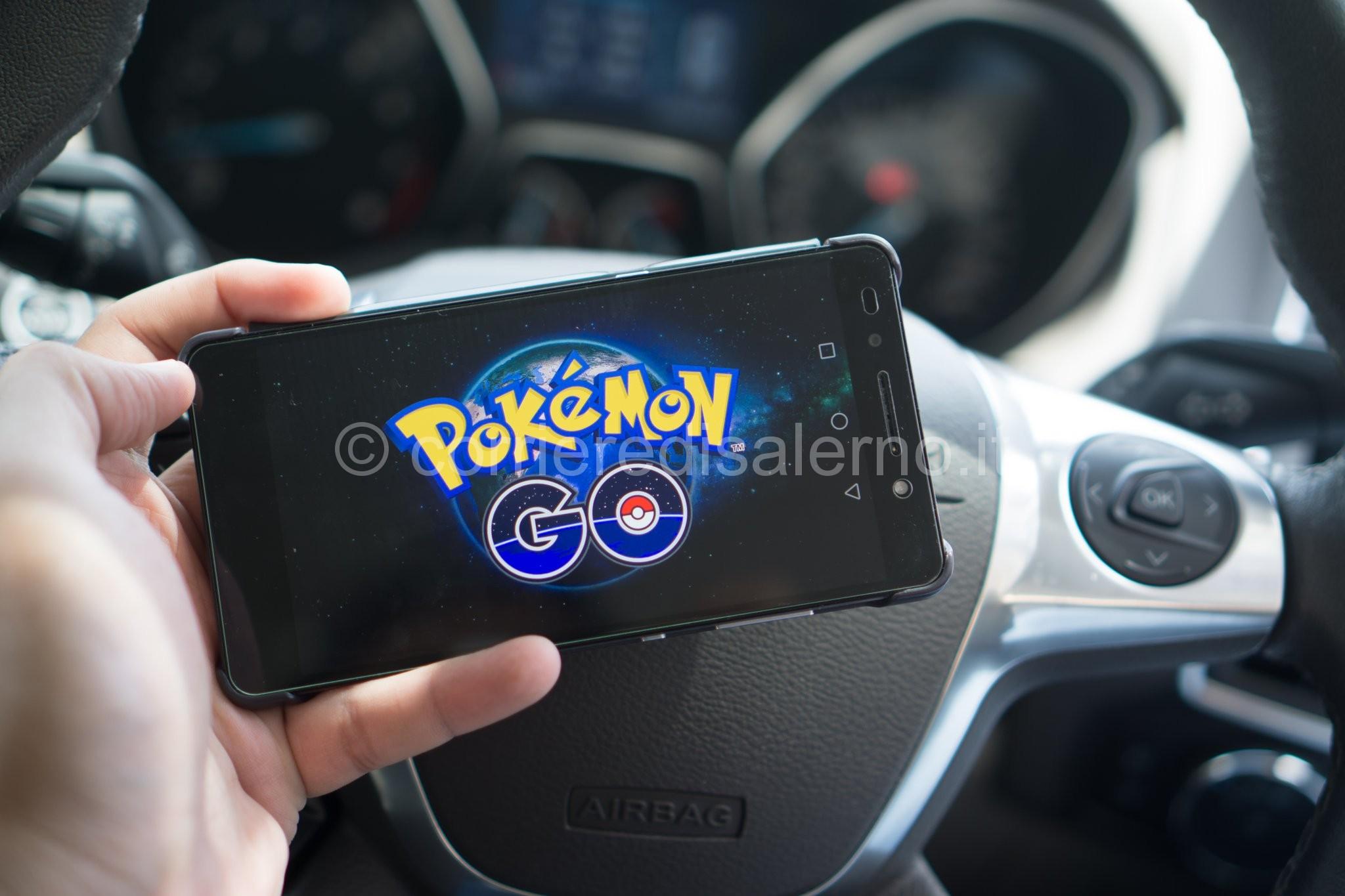 Si schianta su un rettilineo Cercavo di catturare un Pokémon