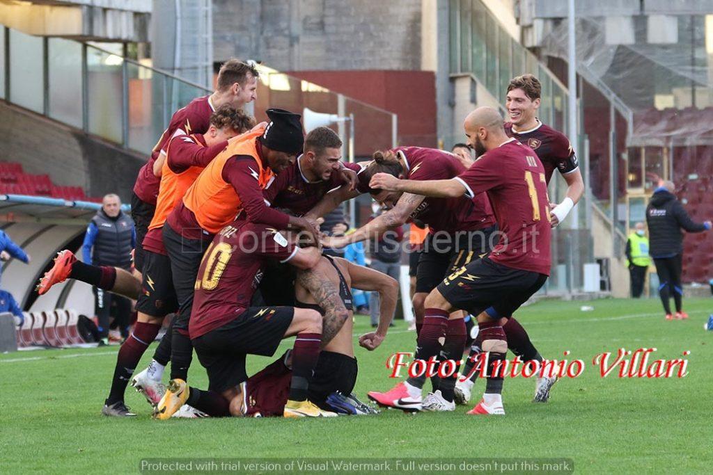 Calciatori granata esultano per la vittoria