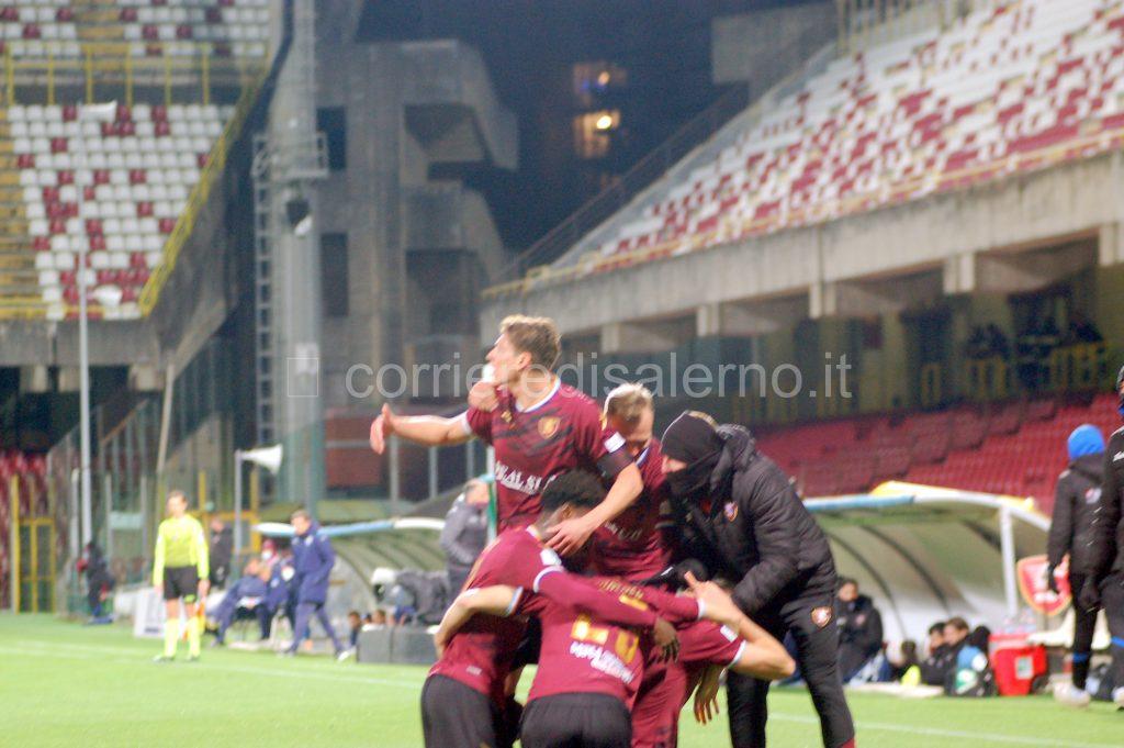 Calciatori Salernitana esultano per gol